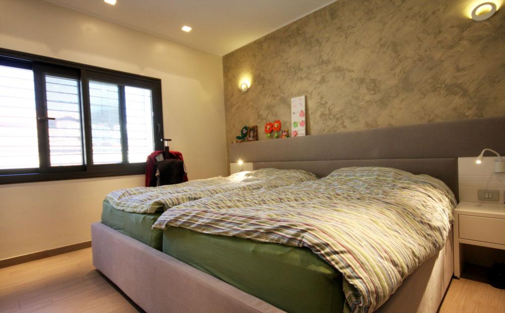 חדר-הורים-דתי-מעוצב-עם-מיטות-נפרדות