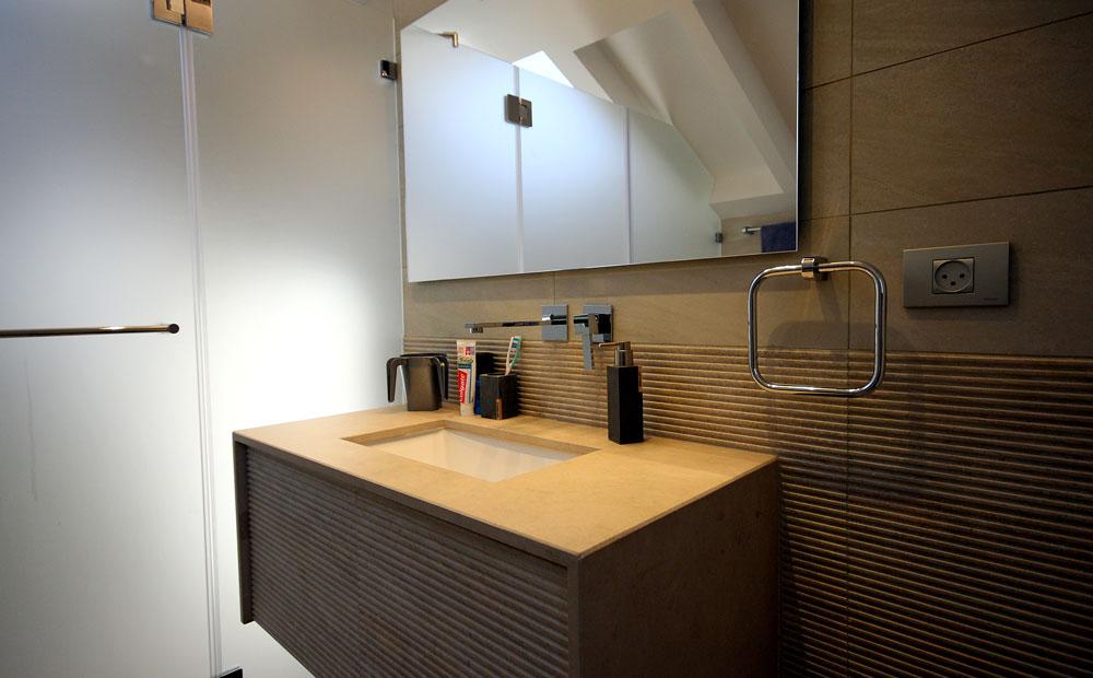 כיור-מעוצב-ושירותים-עם-חלון