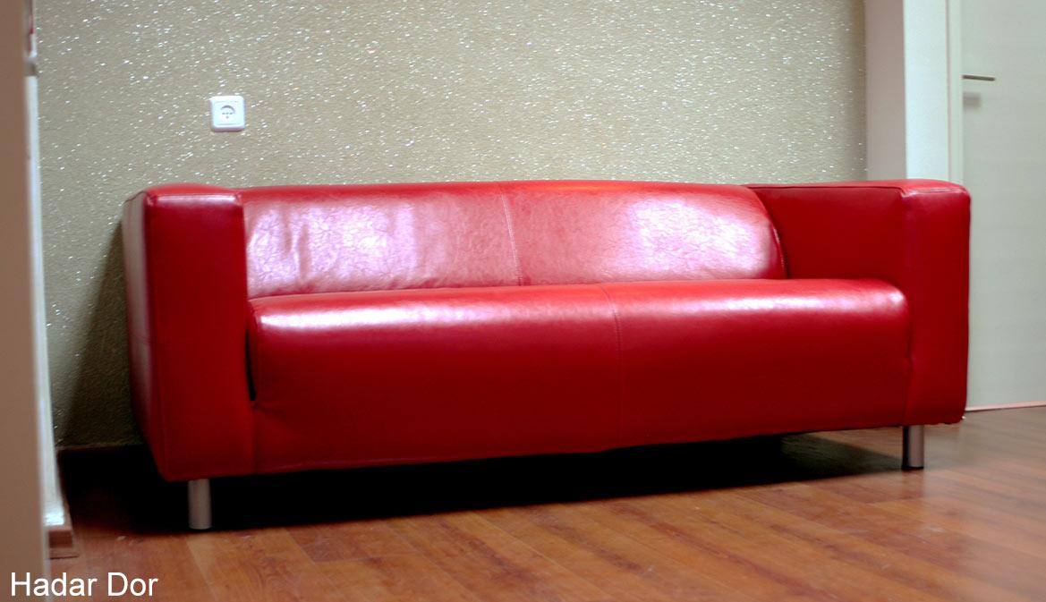 ספת עור אדומה מקבלת את פני באי המשרד