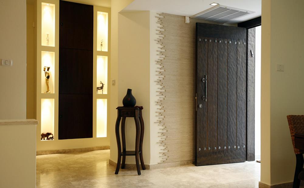 כניסה מרשימה לבית בסגנון עיצוב חם