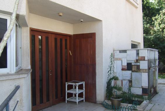 דלת הכניסה לפני שיפוץ