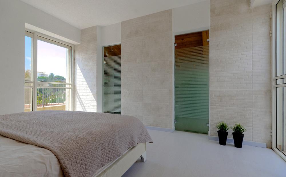 דלתות זכוכית בחדר השינה