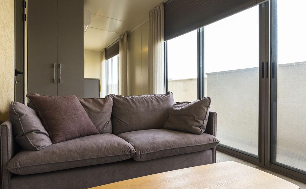 פינת-ישיבה-מוקפים בחלונות