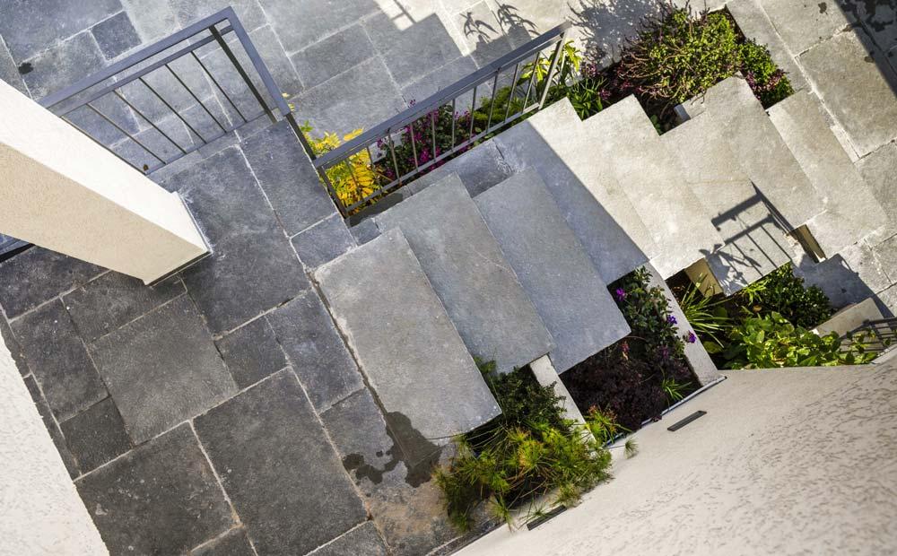 מדרגות אבן וריצוף חוץ בצבעי אפור