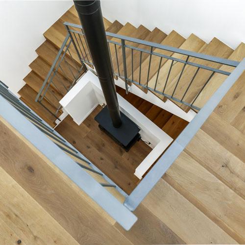 קמין בחלל מדרגות עץ