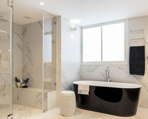 חדר רחצה עם אמבטיה מפנקת