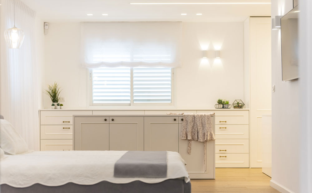 ארונות אחסון מעוצבים בחדר שינה