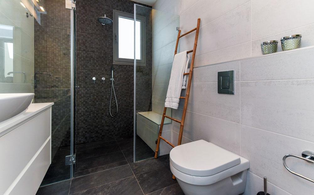 חדר רחצה מעוצב בגווני אפור