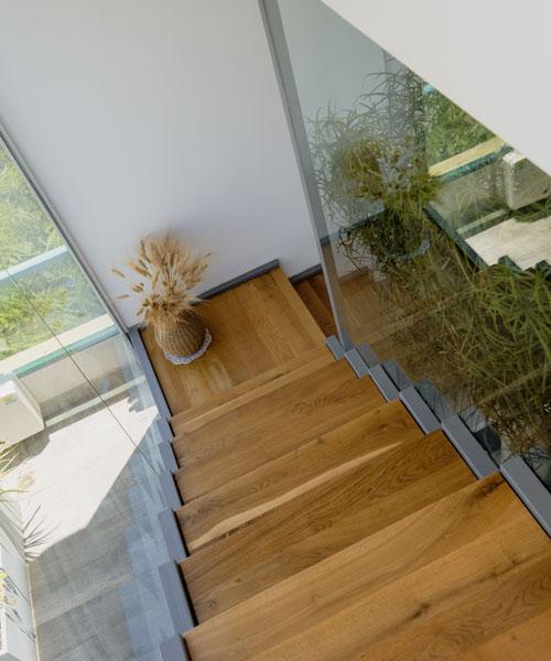 מדרגות עץ בתכנון של מעצבת פנים מקצועית