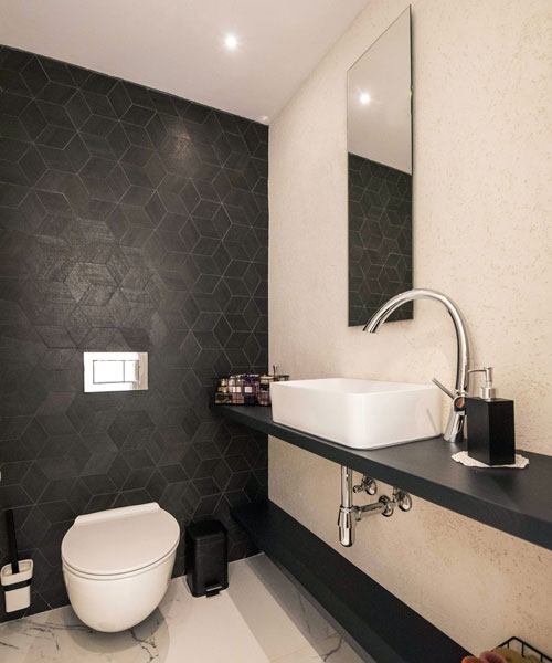 שירותי אורחים מעוצבים עם קיר תלת מימד דקורטיבי